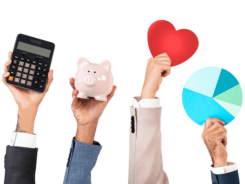 Manos de ejecutivos de bróker de seguros mostrando beneficios de Ecuaprimas